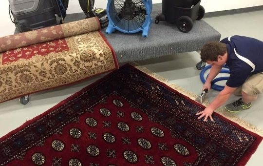 How can a prayer mat be cleaned?